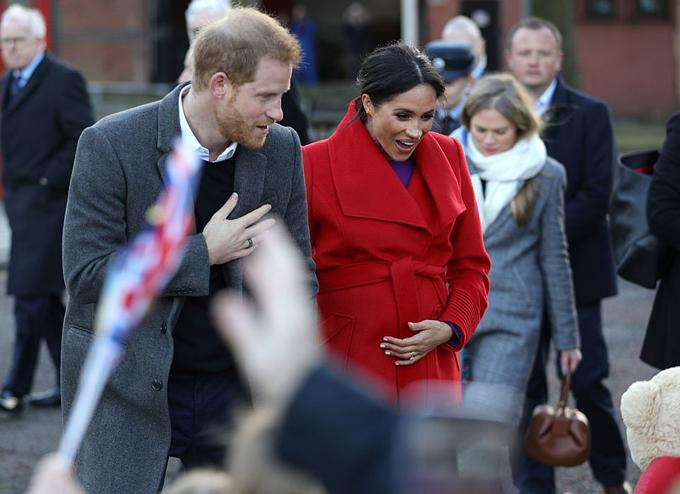 Vợ chồng Harry - Meghan trò chuyện với người dân ở thị trấn Berkenhead hôm 14/1. Ảnh: PA.