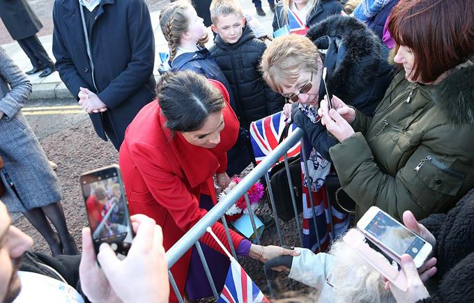 Nữ công tước xứ Sussex bắt tay cụ bà Dorothy Parker (92 tuổi) ở thị trấn Berkenhead hôm 14/1. Ảnh: PA.