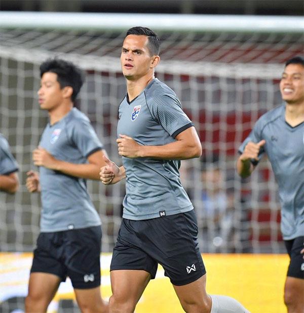 Hậu vệ mang hai dòng máu Thái Lan và xứ Wales đang khoác áo CLB Bangkok United