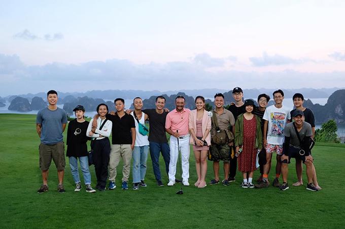 Thùy Anh (váy hồng) chụp cùng đoàn làm phim tại bối cảnh sân golf.