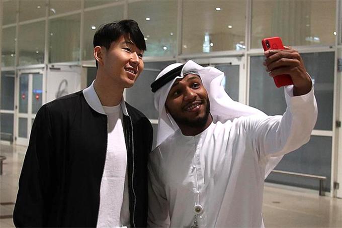 Son Heung-min selfe cùng một fan tại sân bay Dubai. Ảnh: Twitter.