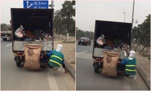 Nữ công nhân ngồi sau xe ôtô nhặt rác trên cao tốc