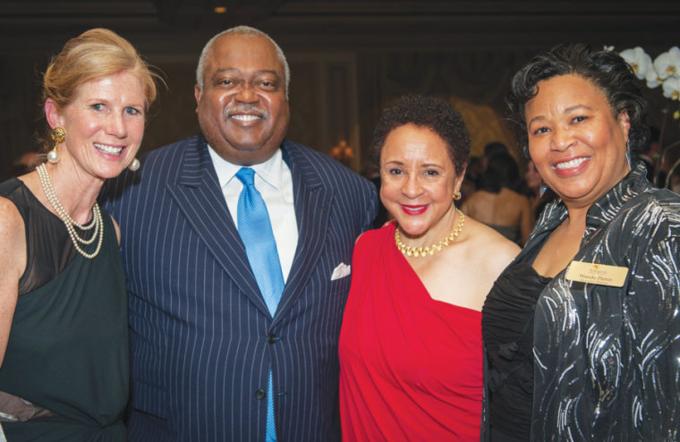 Vợ chồngWilliam Newman Jr vàSheila Johnson (chính giữa) cùng dự tiệc gây quỹ cộng đồng năm 2013. Ảnh: Insidenova.