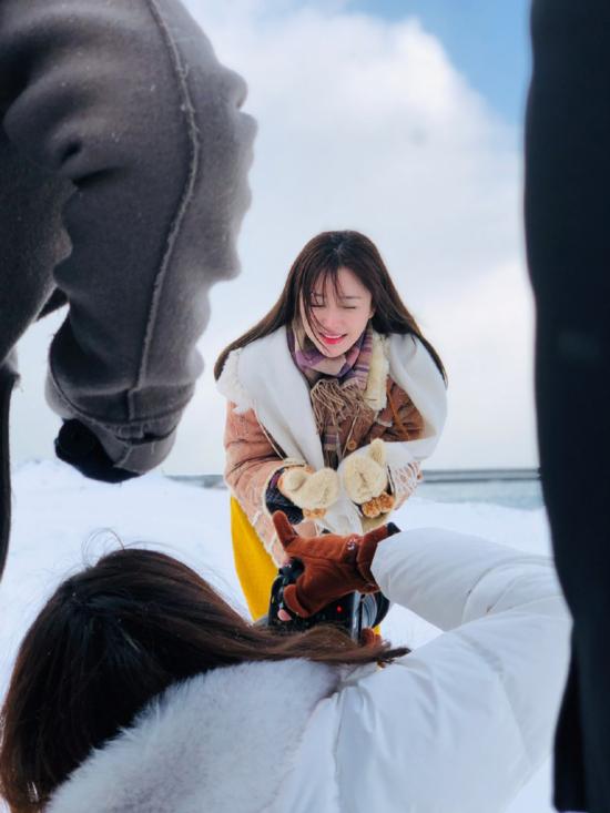 Vài ngày trước, công ty quản lý Tần Lam đã đăng tải những bức hình chụp người đẹp tại Hokkaido, Nhật Bản. Với cách ăn mặc trẻ trung cộng với nhan sắc lão hóa ngược, Phú Sát Hoàng Hậu được nhiềukhán giả nhận xét trông chỉ như gái đôi mươi.