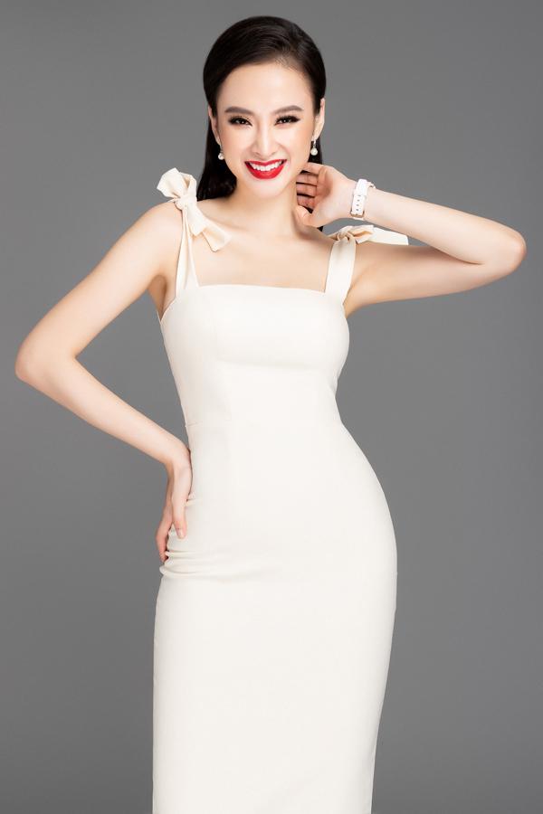 Angela Phương Trinh tiếp tục làm mẫu để giúp cô em giới thiệu các bộ váy áo dành cho mùa xuân mới. Cả hai hy vọng, bộ sưu tập mới sẽ được phái đẹp yêu thích và chọn lựa khi đi dạo phố, chúc Tết và vui chơi trong dịp lễ cuối năm.