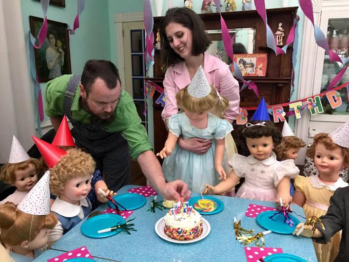 Vợ chồng Dressel khoe ảnh sinh nhật cùng với những đứa con búp bê. Ảnh: MDW Features.