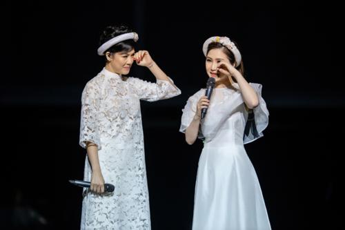 Hương Tràm xúc động khi thể hiện ca khúc về mẹ cùng ca sĩ Thu Phương trong đêm liveshow.