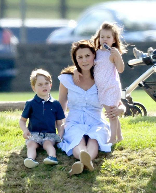 Kate đưa hai con lớn - Hoàng tử George và Công chúa Charlotte - đi xem Hoàng tử William thi đấu polo hồi tháng 6. Ảnh: PA.