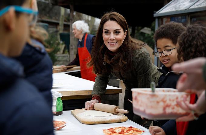Kate mặc giản dị vui chơi với trẻ em - 1