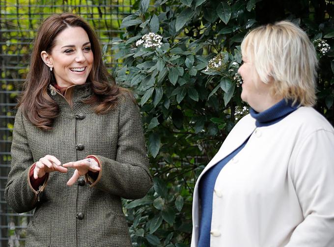Kate mặc giản dị vui chơi với trẻ em - 2