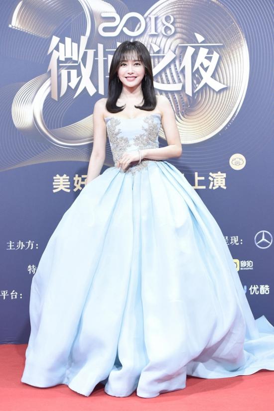 Ngày 11/1 vừa qua, nữ diễn viên cũng góp mặt trong sự kiện Đêm hội Weibo. Câu chuyện xung quanh đôigiày cao gót của cô cũng được nhiều người đem rabàn tán.