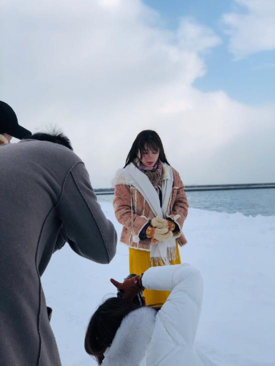 Dướicái lạnhrơi vào khoảng -3 độ C của Hokkaido, Tần Lam vẫn chịu đựng gió rét để thực hiện bộ ảnh này.