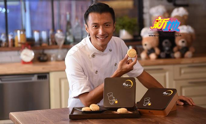 Tạ Đình Phong giới thiệu một trong các mẫu bánh do anh chế biến trên tạp chí Oriental Sunday.