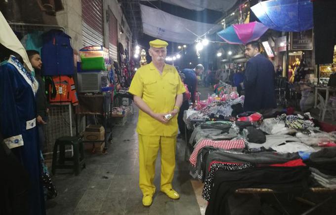 Ông Abu Zakkour mặc một cây vàng trên đường phố Apello, Syria. Ảnh: Facebook.