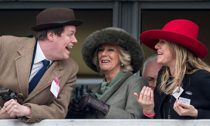 Camilla với hai con, Tom và Laura, khi tham dự một sự kiện cùng hoàng gia vào cuối những năm 1990. Ảnh: UK Press.