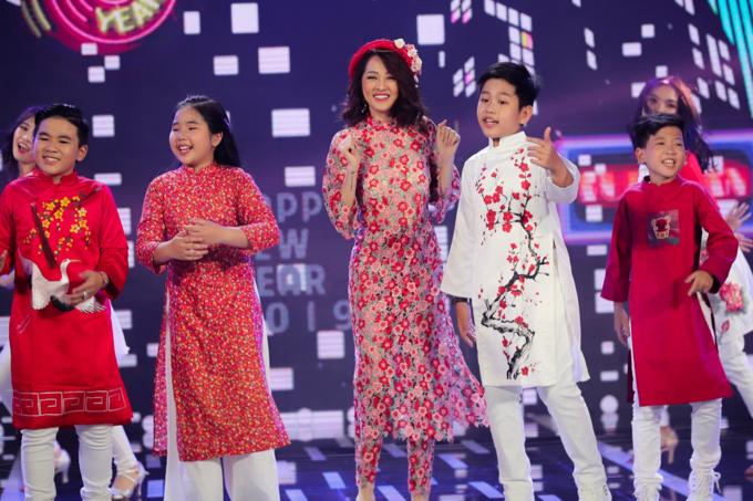 Bảo Anh cùng các học trò Giọng hát Việt nhí trình diễn ca khúc Xuân được phối mới.