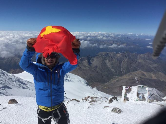 Anh Giang mang cờ Việt Nam lên đỉnh Elbrus (cao nhất châu Âu) vào ngày Quốc khánh.
