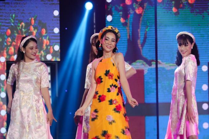 Thu Minh khoe vai trần với trang phục áo yếm. Cô muốn mang đến dấu ấn riêng và khiến khán giả thích thú khi theo dõi tiết mục của mình.