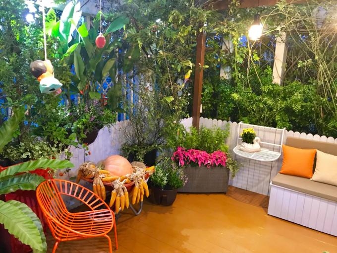 Với chủ đề mùa thu, chị Hiền chọn tông cam chủ đạo và sử dụng các loại nông sản để trang trí.