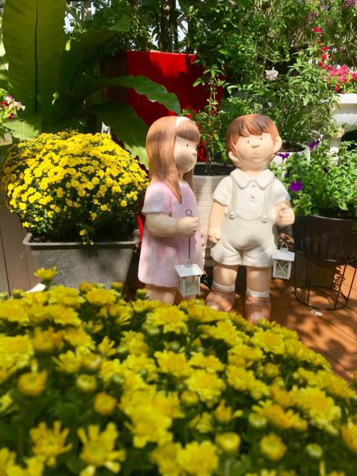 Làm vườn và trang trí nhà cửa là sở thích nên chị Thanh Hiền không bao giờ thấy mệt. Mỗi chuyến đi công tác, chị đều dành những lúc rảnh rỗi để đến các cửa hàng bán hạt giống, giống cây trồng hay đồ decor tìm mua món đồ ưng ý. Bức tượng hai em bé này được chị Hiền mang từ Thái Lan về.