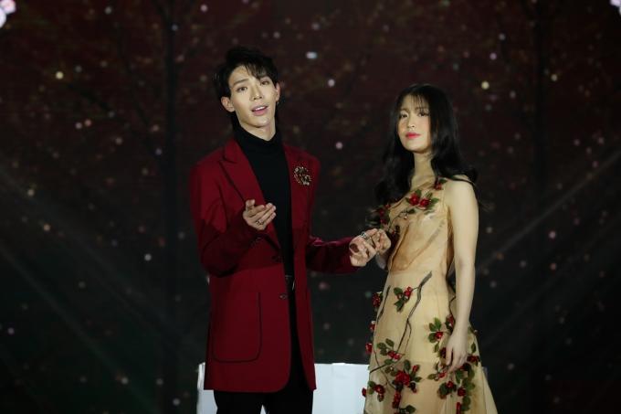 tErik và Han Sara đầy lãng mạnkhi kết hợp thể hiệnbản ballad Khúc giao mùa.