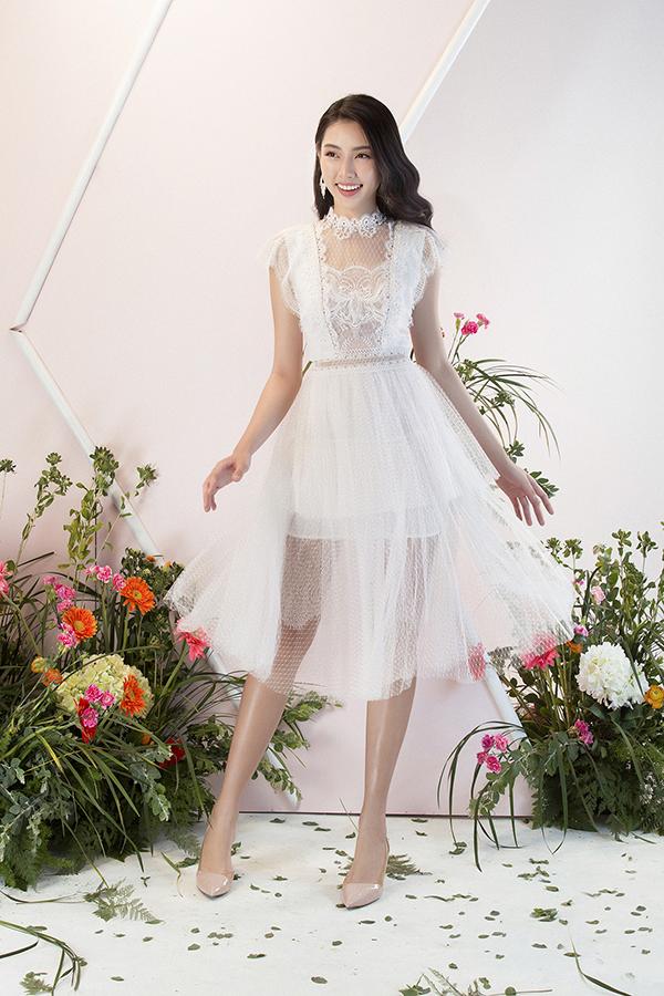 Nhà thiết kế lựa chọn chất liệu ren vốn đã trở thành thương hiệu để tạo ra những mẫu váy áo nửa kín nửa hở,khai thác vẻ đẹp gợi cảm cho người mặc.