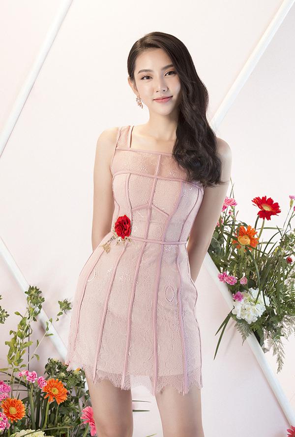 Sắc hồng thạch anh nhẹ nhàng đang được phái đẹp Việt ưa chuộng cũng được Đỗ Long chắt lọc và đưa vào các mẫu váy mùa xuân.