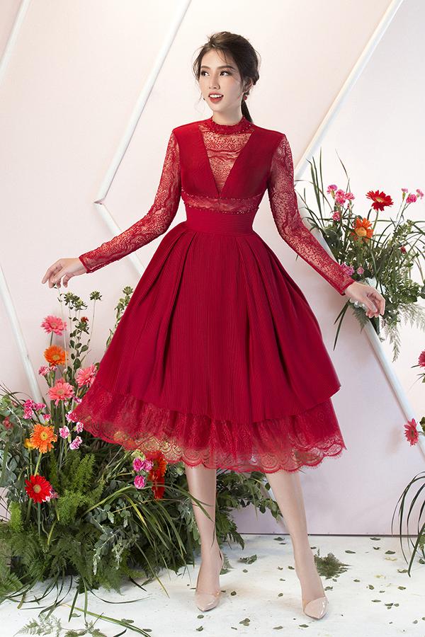 Sắc đỏ tượng trưng cho sự may mắn và được yêu thích trong dịp lễ Tết được dùng để xây dựng nên các kiểu váy xoè duyên dáng, ôm tôn đường cong.