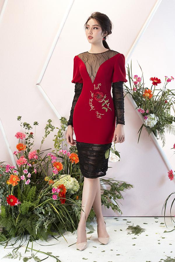 Nhiều mẫu thiết kế trong bộ sưu tập này còn được tạo điểm nhấn bằng hoạ tiết thêu, đính kết hoa nổi kỳ công.