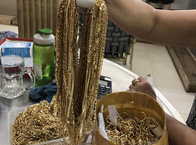 Số dây chuyền vàng tây bị cảnh sát tạm giữ. Ảnh: Công an cung cấp.