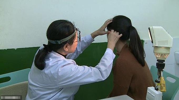 Chen được khám bệnh tại bệnh việnHạ Môn, Phúc Kiến, Trung Quốcvà được chẩn đoán mắc chứng mất thính giác dốc ngược. Ảnh: AsiaWire.