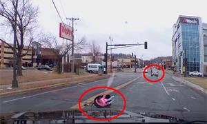 Mẹ lái xe, con rơi khỏi ôtô mà không hay biết