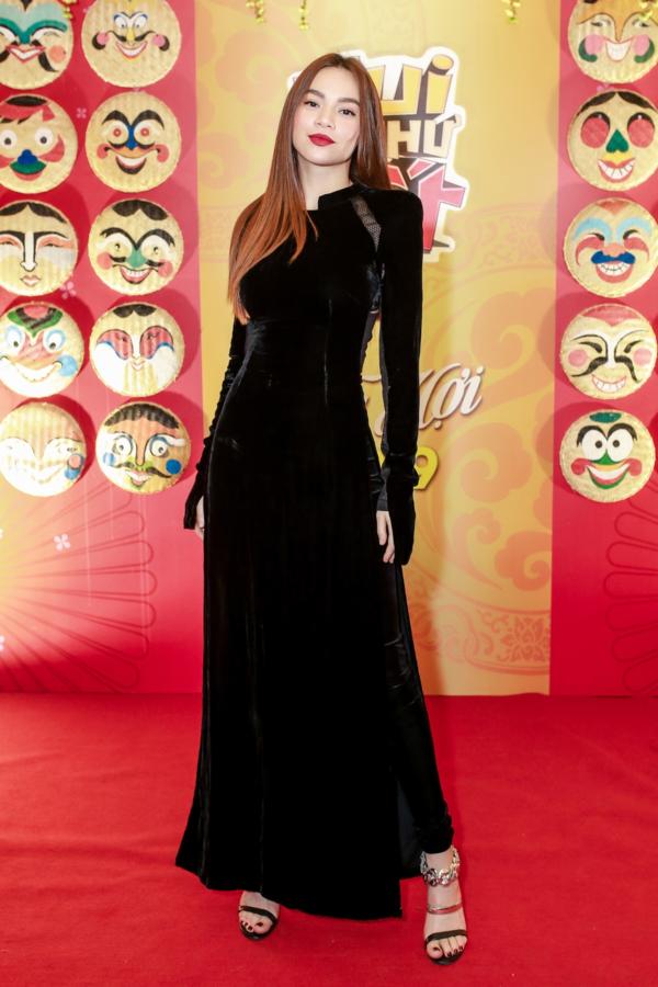 Hồ Ngọc Hà diện áo dài nhung quý bái tại buổi họp báo ra mắt DVD Gala nhạc Việt tối 17/1 tại TP HCM.