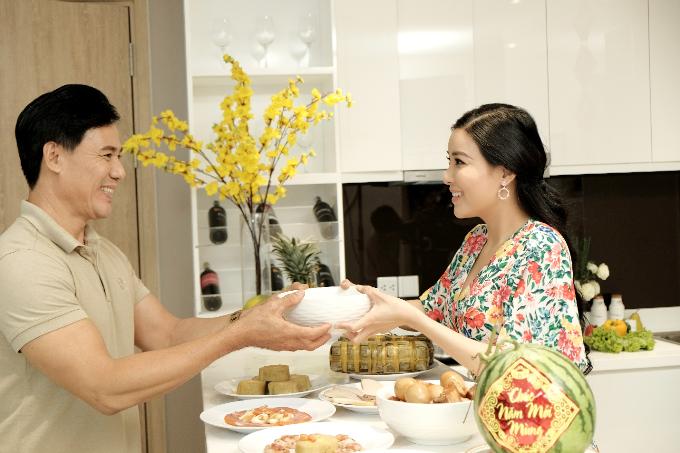 Sống tại căn hộ tiện nghi nhưng các gia đình vẫn trang trí và duy trì hoạt động cổ truyền ngày Tết.
