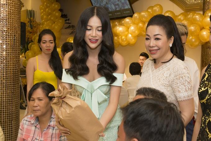 Để thể hiện lòng biết ơn và tình cảm của mình, Phương Khánh tận tay trao món quà gồmbánh kẹo,lạp xưởng do chính gia đình cô tự tay làm đến nhà thiết kế Linh San.