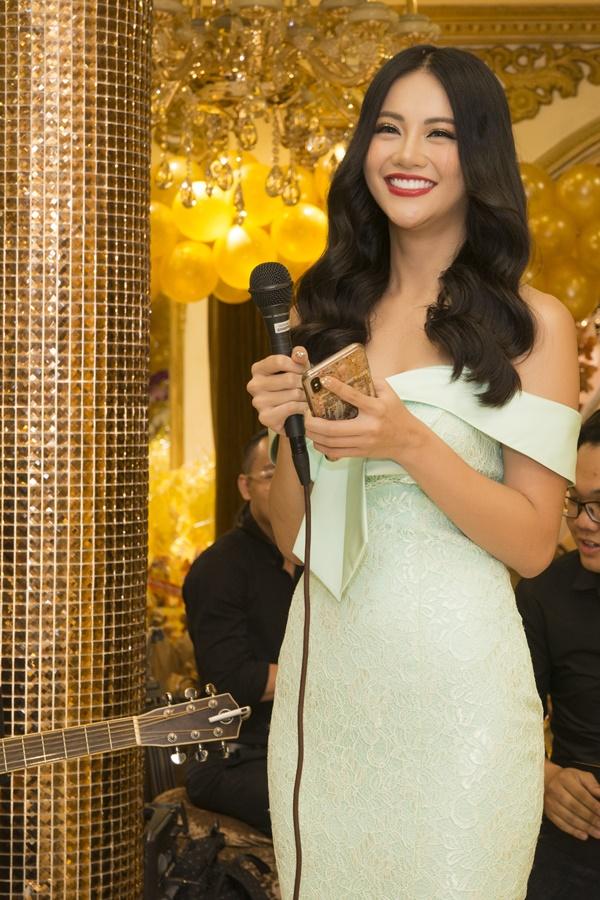 Tại sự kiện, người đẹp gốc Bến Trekhiến người hâm mộ thích thú khi bất ngờ thể hiện tài năng ca hát với ca khúcIf we hold together.