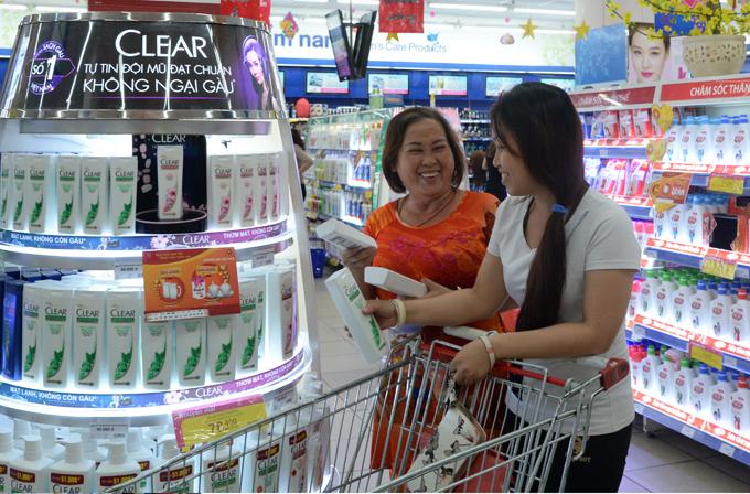 Các sản phẩm nhu yếu hàng ngày được siêu thị giảm giá mạnh dịp cận Tết.
