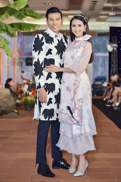 Hoa hậu Phan Thị Mơ và siêu mẫu Ngọc Tình xuất hiện với vai trò mở màn cho một bộ sưu tập áo dài đến từ NTK Minh Châu. Tà áo dài mà cả hai diện mang đến sự vui nhộn, trẻ trung.