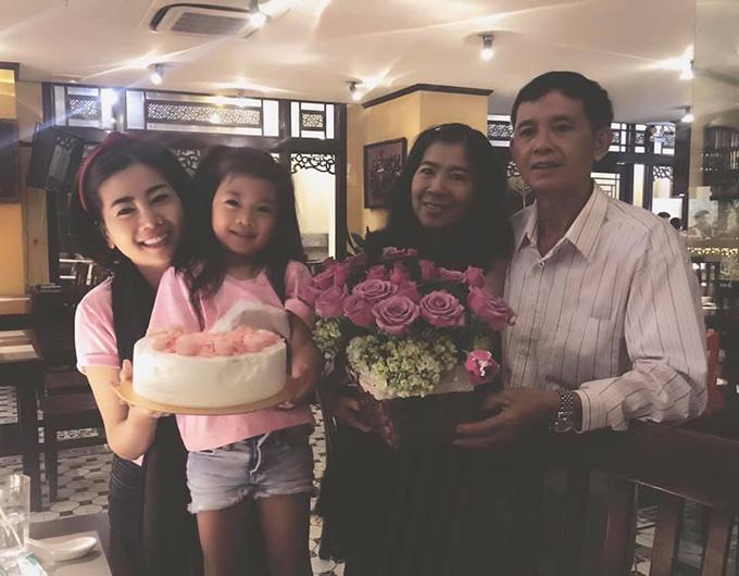 Mai Phương bên bố mẹ và con gái Lavie trong bữa tiệc nhỏ mừng sinh nhật tròn 24 tuổi hôm 14/1.
