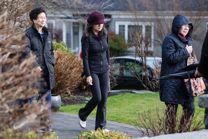 Bà Meng rời khỏi nhà cùng một số người bạn tại Vancouver hôm 10/1 vừa qua. Ảnh: Bloomberg.