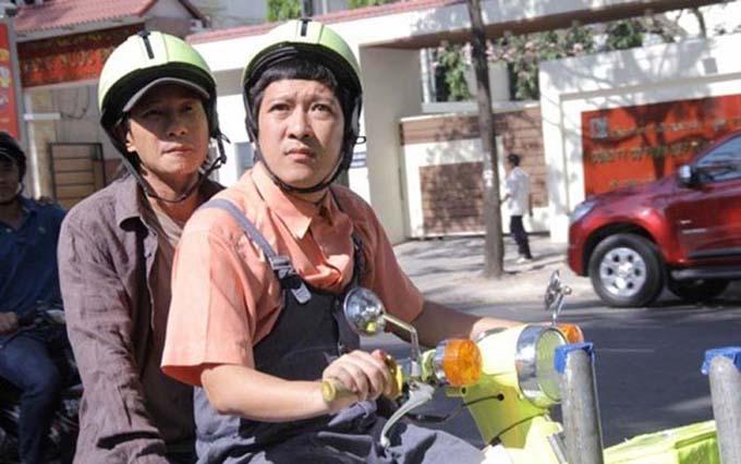 Trường Giang chở Lý Hải trên xe máy lòe loẹt trong phần đầu của Lật mặt.