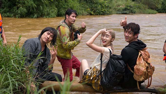 Lật mặt: Ba chàng khuyết là cuộc phiêu lưu của ba anh chàng khuyết tật mồ côi do Kiều Minh Tuấn (bìa trái), Huy Khánh (thứ hai từ trái sang) và Song Luân (bìa phải) đảm nhận. Đồng hành với họ là cô biên tập viên truyền hình ưa mạo hiểm do hot girl Thái Lan Nene vào vai.