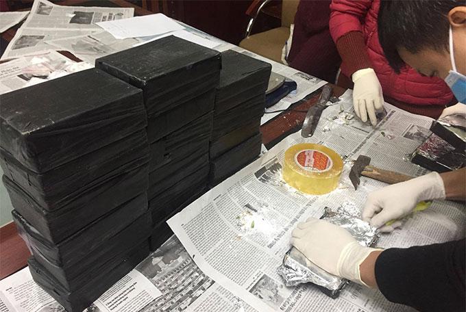 50 bánh heroin và 3 kg ma túy tổng hợp trong đường dây cục C04 triệt phá tại Hưng Yên hôm 31/12/2018. Ảnh: Bảo Ngọc.