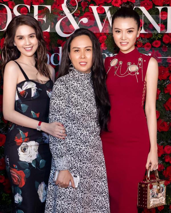 Đến chúc mừng Ngọc Trinh và doanh nhân Phượng Chanel trong sự kiện tối qua có rất nhiều người đẹp nổi tiếng. Nữ hoàng Sắc đẹp Toàn cầu 2016 Ngọc Duyên (phải) khoe vóc dáng thon thả với váy đỏ ôm sát. Cô nhanh chóng lấy lại body gợi cảm sau khi sinh con đầu lòng.