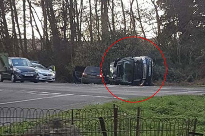Xe của Hoàng thân Philip lật nghiêng trên đoạn đường gần Sandringham sau khi đâm vào một chiếc Kia chiều 17/1. Ảnh: Mega.