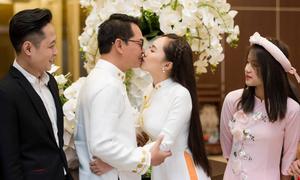 NSND Trung Hiếu và vợ kém 19 tuổi hôn đắm đuối trong lễ hỏi