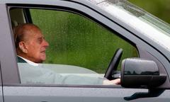 Chồng Nữ hoàng Anh lái xe gặp tai nạn