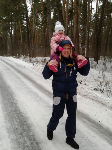 Aleksey Dogadov và con gái 2 tuổi. Ảnh: CEN.