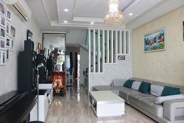 Ưng Hoàng Phúc chia sẻ hai vợ chồng anh thích nhất phòng khách. Nơi đây có không gian rộng rãi, thoáng mát với các vật dụng trang trí có gam màu chính là đen - trắng - xám.