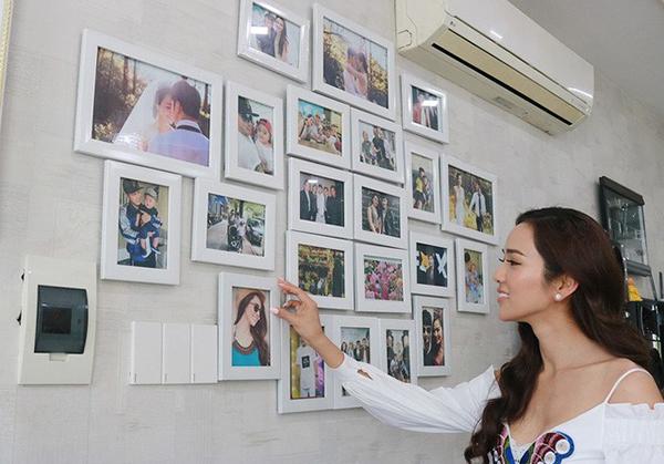 Cả hai khoảng tường trong phòng khách đều được sử dụng để trưng bày hình ảnh của gia đình Ưng Hoàng Phúc và Kim Cương.